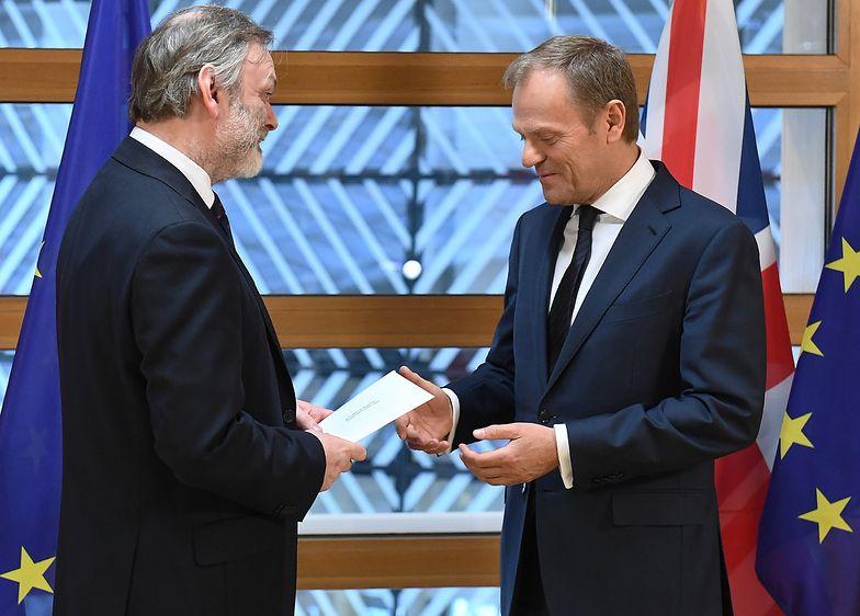 Ambasador Tim Barrow wręcza list Donaldowi Tuskowi.