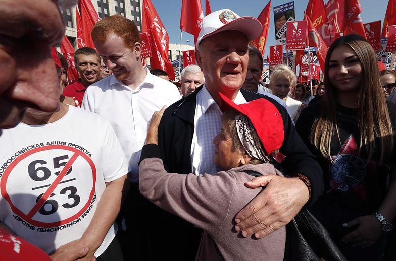 Komunistyczny przywódca Giennadij Ziuganow wziął udział w demonstracji