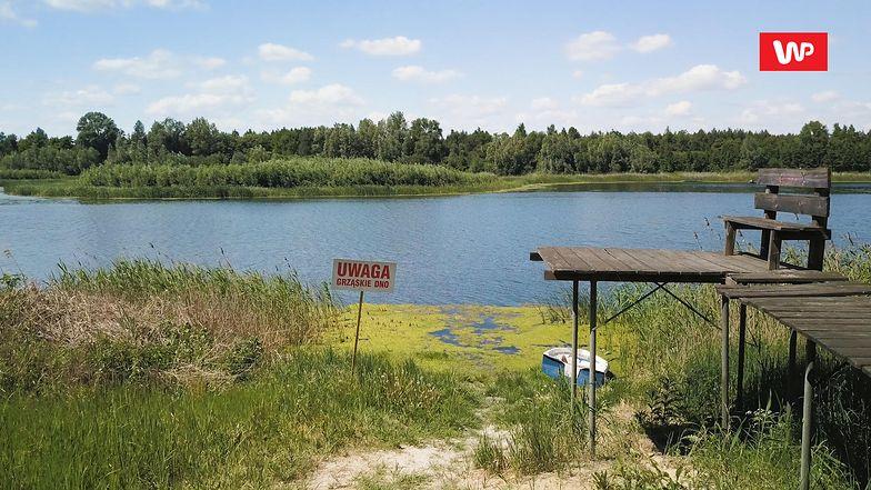 O tym, ile ubyło wody z jeziora, najlepiej świadczy pomost, wysoki na ponad 2 metry.