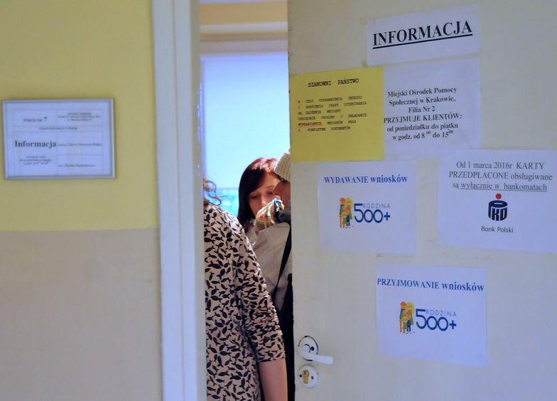 Polacy rzucili się na socjal. Rząd nie przewidział takich skutków programu 500+, będzie zmiana zasad?
