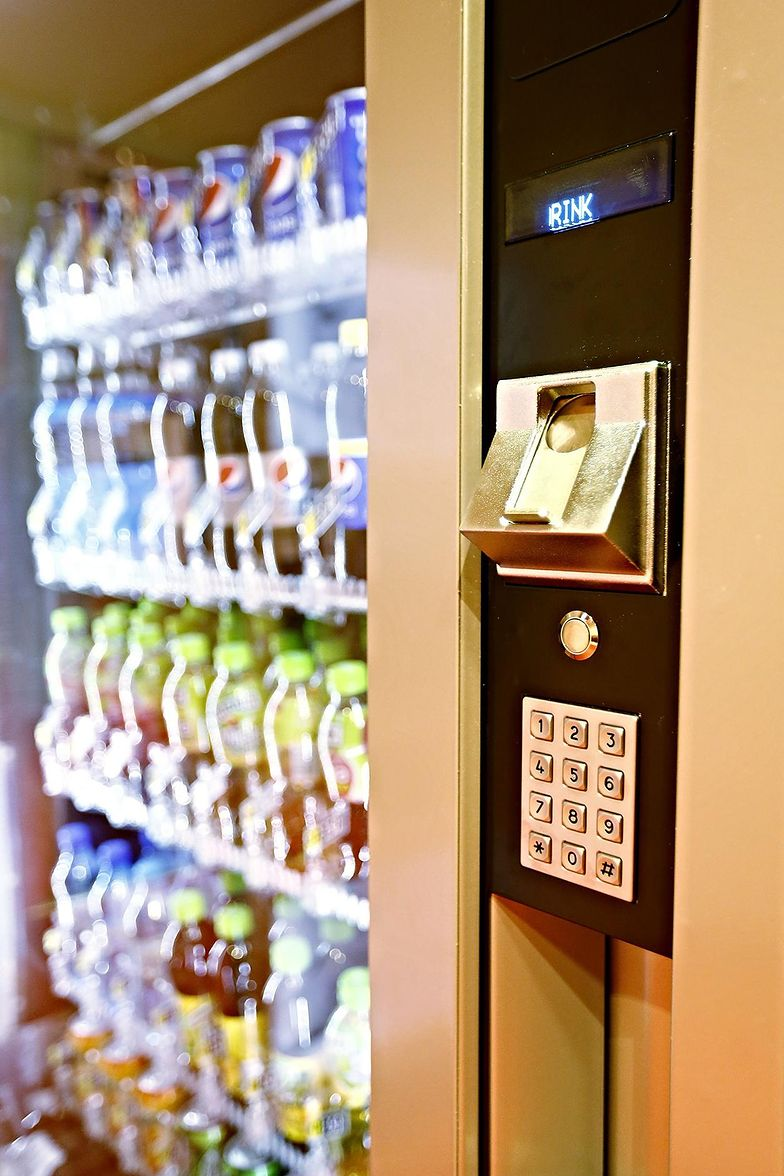 W automacie coli w niedzielę nie kupisz. Absurdalny przepis w ustawie o zakazie handlu