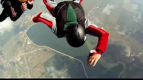 Skoczek wprowadza się w kontrolowany spin podczas samotnego skoku ze spadochronem