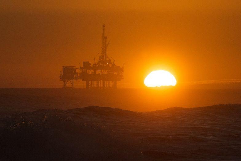 Rosjanie i Saudowie wieszczą kres niskich cen ropy. Czy to już koniec kryzysu naftowego?