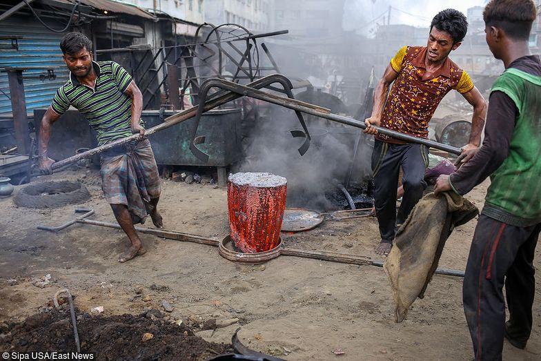 Koncerny odzieżowe ograniczają działania w Bangladeszu