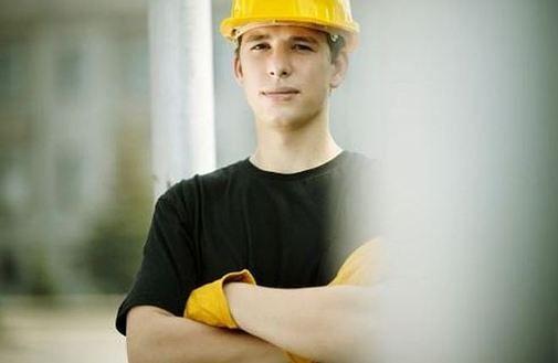 Ilu pracowników potrzebnych jest do wymiany jednej żarówki?
