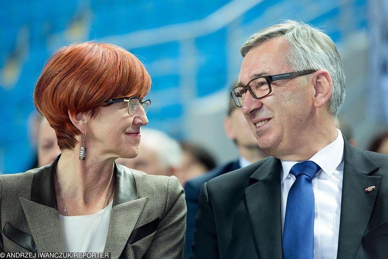 Elżbieta Rafalska oraz Stanisław Szwed. Ministerstwo Rodziny, Pracy i Polityki Społecznej myśli o modyfikacji wynagrodzenia zasadniczego