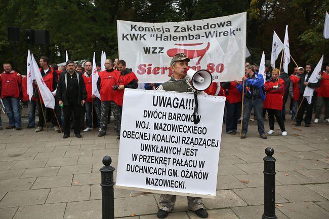 Górnicy przed Sejmem. Słuchają expose premier Kopacz