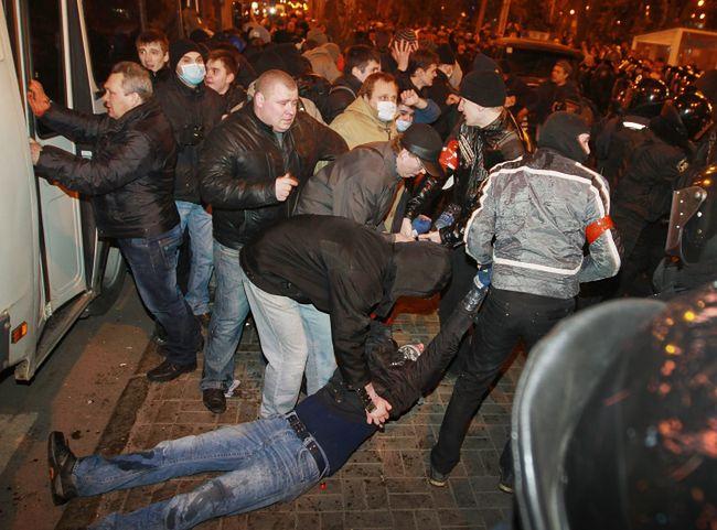 Bójki pomiędzy zwolennikami i przeciwnikami Rosji w Doniecku