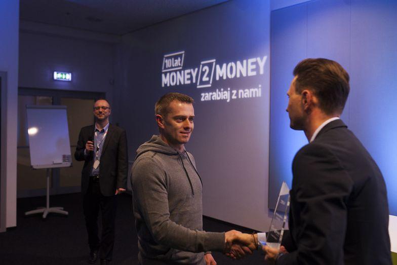 Maksymilian Drążek (z lewej) odbiera statuetkę od prezesa Money.pl