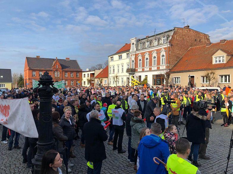 Kilkaset osób wyszło w niedzielę na rynek w Zbąszyniu. Pikietowali, bo walczą o podwyżki w fabryce Ikea