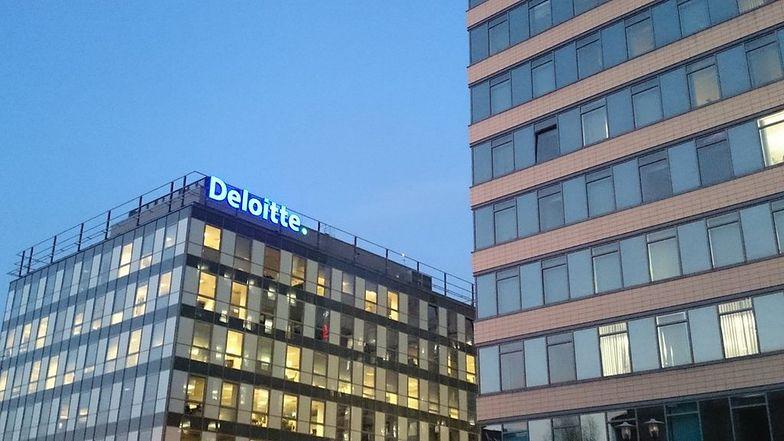 Deloitte przyznaje, że kobietom płaci mniej
