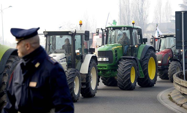 """Protesty we Włoszech. """"Widły"""" blokują drogi i tory"""