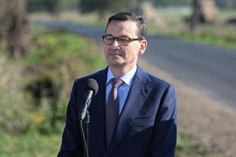 Premier Mateusz Morawiecki na otwarciu nowej drogi powiatowej Zaliszcze-Podedwórze.