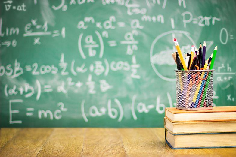 Podwyżkę dostaną pracownicy obsługi i administracji publicznych szkół i przedszkoli.