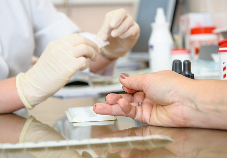 Emeryci po banalnie prostym badaniu dowiadują się, że z ich zdrowiem jest bardzo źle i trzeba się ratować kupując pakiet medyczny.