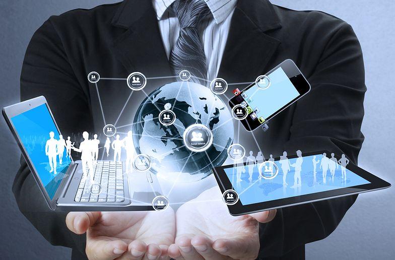 Definicje pokolenia Z mogą się różnić między sobą, jednak określenie niezmiennie dotyczy generacji osób urodzonych w dobie rozkwitu nowoczesnych technologii i internetu