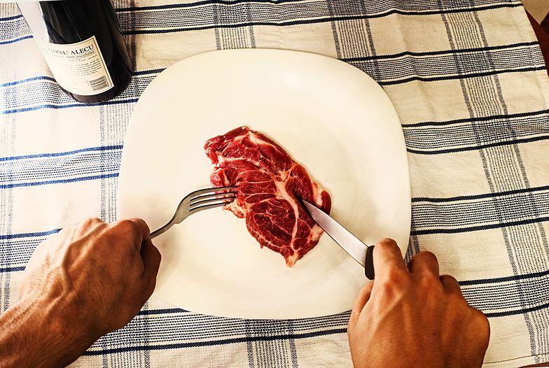 Spożycie mięsa a rak. Polacy jedzą prawie dwukrotnie więcej mięsa niż zaleca WHO