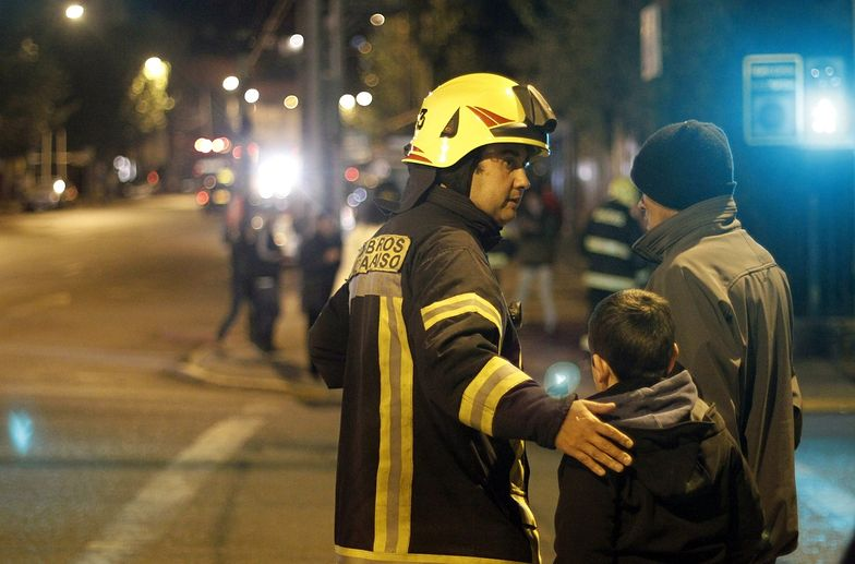 Strażak pomaga w ewakuacji mieszkańców Valaparaiso.