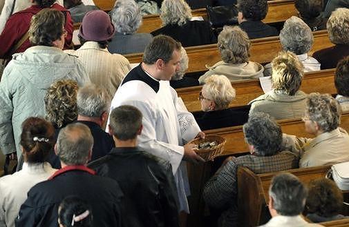 Policzyliśmy, ile zarabia Kościół. Z budżetu 1,6 miliarda, taca 1,2 miliarda...