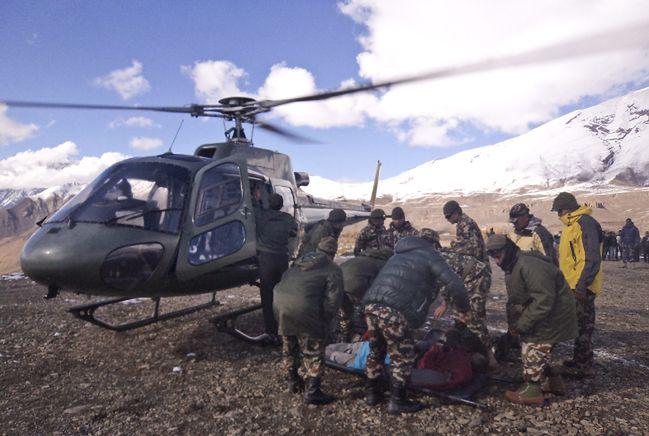 Wznowiono poszukiwania zaginionych po zejściu lawiny w rejonie Annapurny