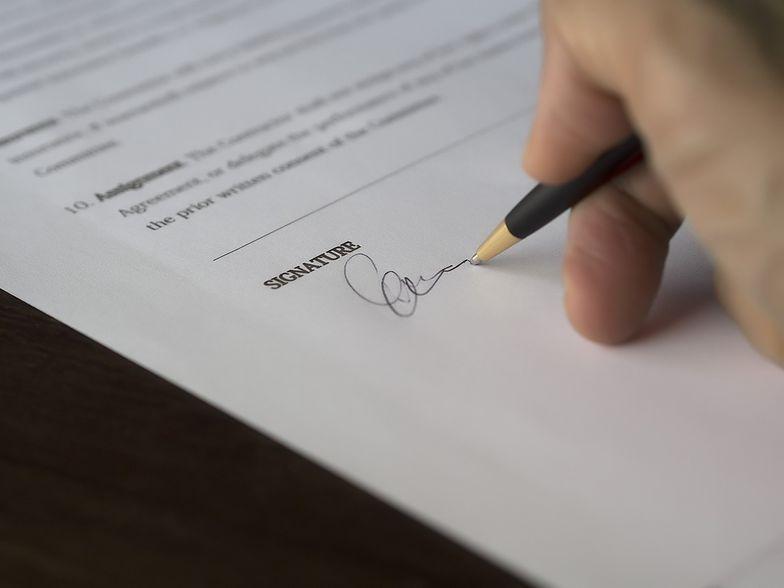 Przed podpisaniem umowy z agencją wysyłającą do pracy za granicę warto sprawdzić przepisy w danym kraju