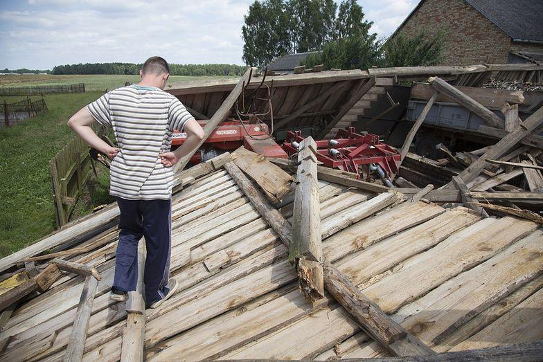 Na zdjęciu zniszczenia po burzy we wsi Zaręby w powiecie zambrowskim.