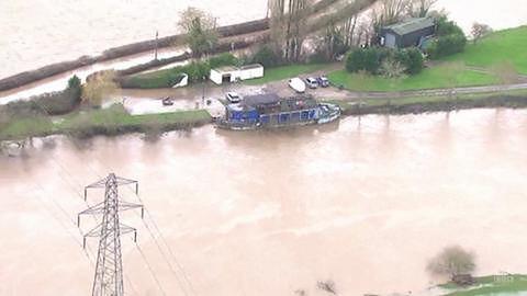 Porywisty wiatr, wysokie fale i powodzie na brytyjskim wybrzeżu