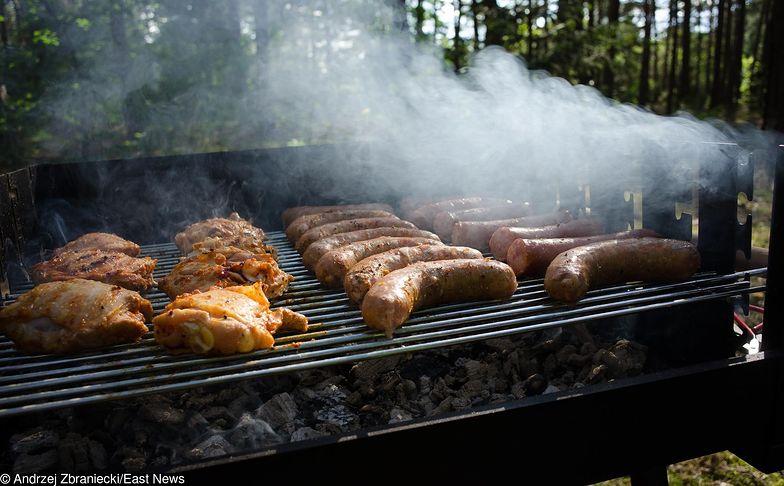 Podpałka na grilla może być niebezpieczna. Jak już ją stosować, to tę naturalną