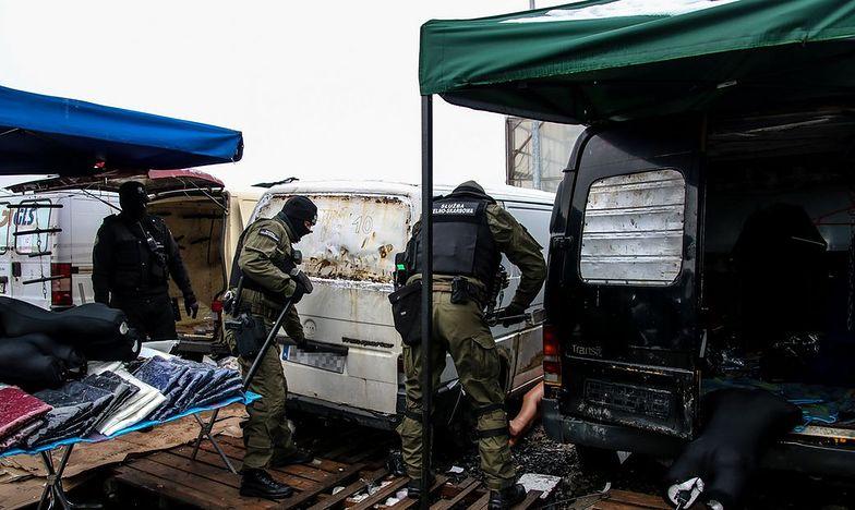 Funkcjonariusze KAS przejęli ponad 200 samochodów wypełnionych podróbkami.