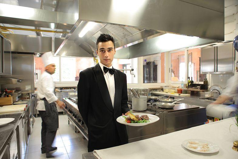 Student dzienny może dorabiać w weekendy jako kelner