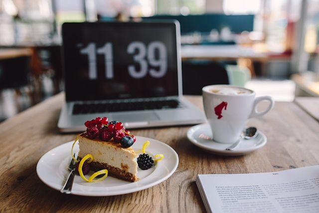 Ekspres do biura. Jak wybrać idealny sprzęt do zaparzania kawy?