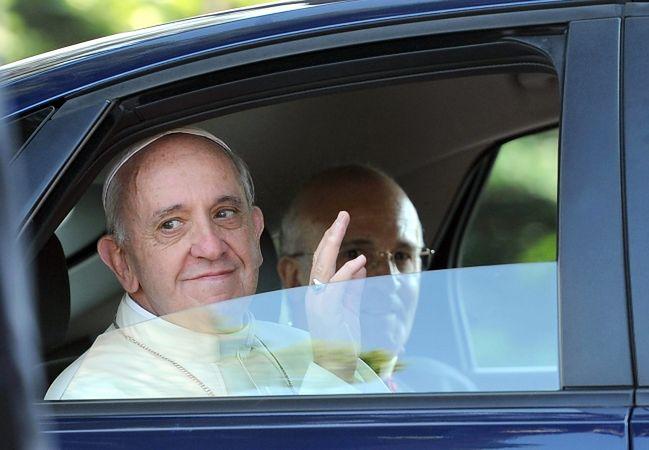 Papież nie chce limuzyny, woli średniolitrażowy samochód