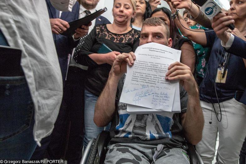 """""""Proszę o eutanazję dla mnie i syna"""" - matki niepełnosprawnych odpowiadają na apel Rafalskiej o zakończenie prostestu"""