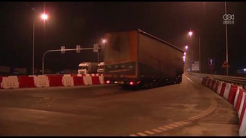 Konwój ze szczątkami samolotu MH17 przekroczył granicę i jedzie przez Polskę