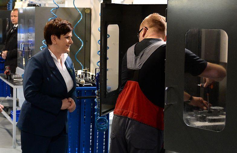 Premier Beata Szydło podczas wizyty w firmie Radmot w Woli Gutowskiej