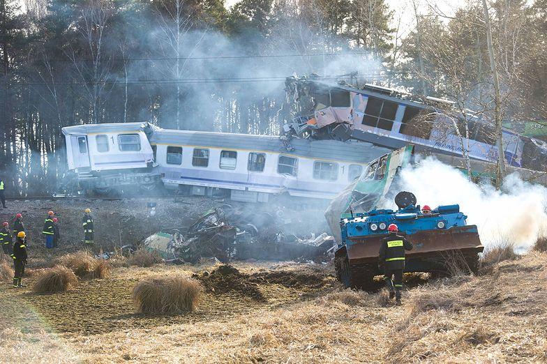 Zderzenie pociągów. Ministrowie chwalą ratowników