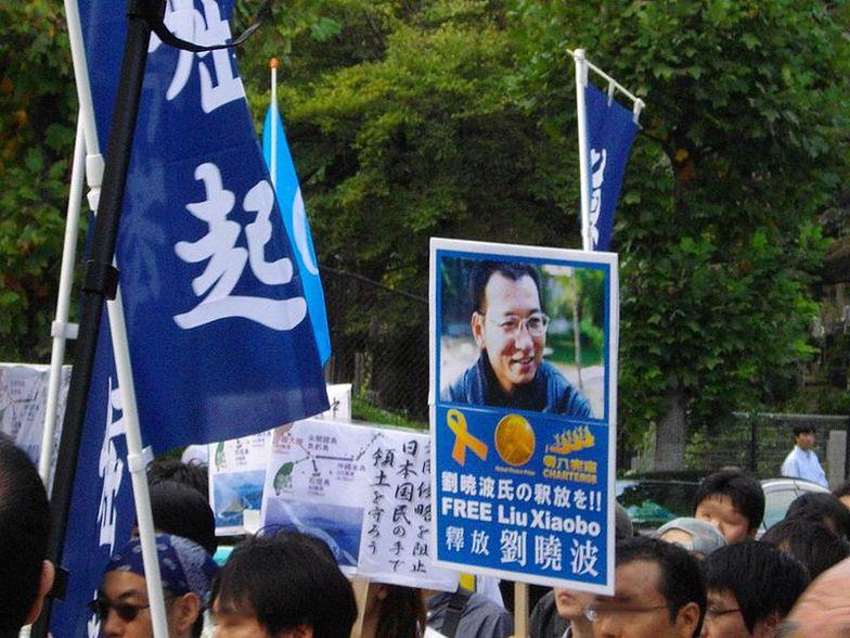 Demnstranci z wizerunkiem Liu Xiaobo