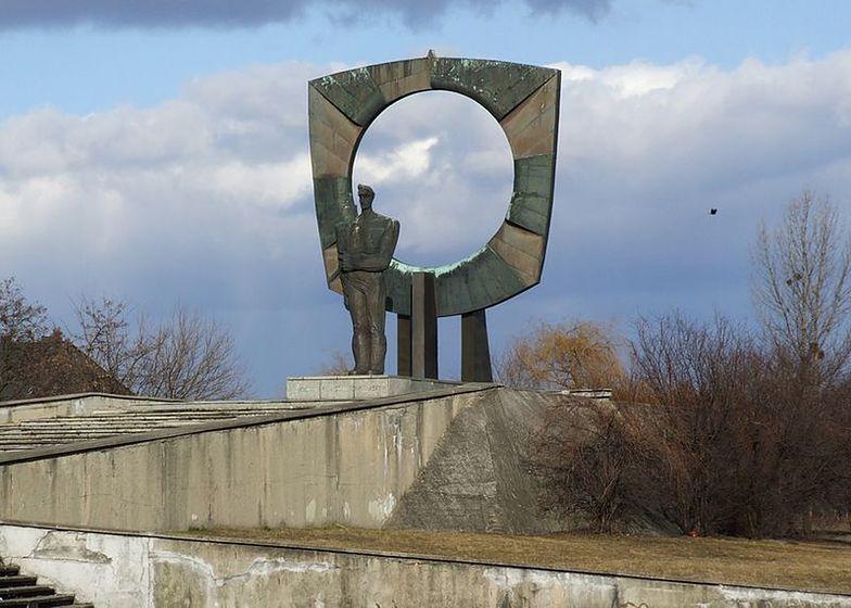 W centrum Zdzieszowic stoi pomnik powstańska śląskiego