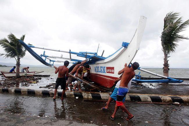 Filipiny: Pół miliona ludzi uciekło przed tajfunem Hagupit