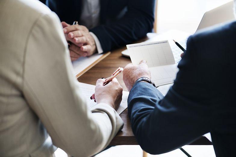 Kwestie zatrudnieniowe są opisane w kodeksie pracy i kodeksie cywilnym