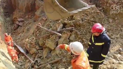 Pracownik uratowany spod zawalonej konstrukcji