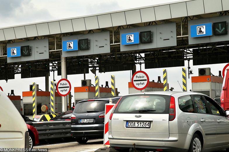 Przed bramkami na A4 często tworzą się korki.