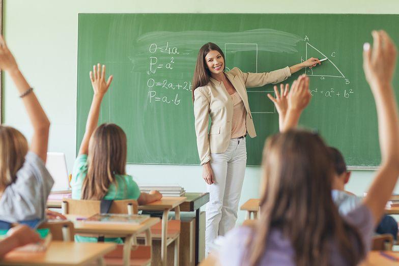 Zarobki nauczycieli. Średnia pensja prawie 5 tys. zł brutto plus korepetycje. ZNP: kwoty wyssane z palca