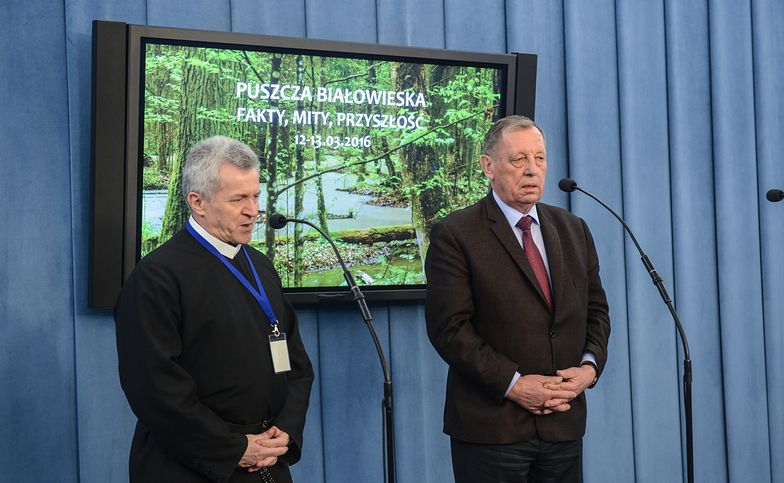 """Minister środowiska Jan Szyszko i o. Zdzisław Klafka podczas konferencji pt. """"Puszcza Białowieska - mity, fakty i przyszłość"""""""