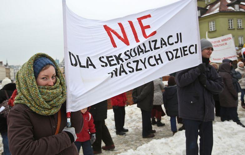 """Kilkaset osób protestowało w stolicy """"w obronie dzieci"""""""