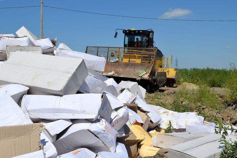 06.08.2015, Rosja. Niszczenie importowanych serów objetych embargiem.