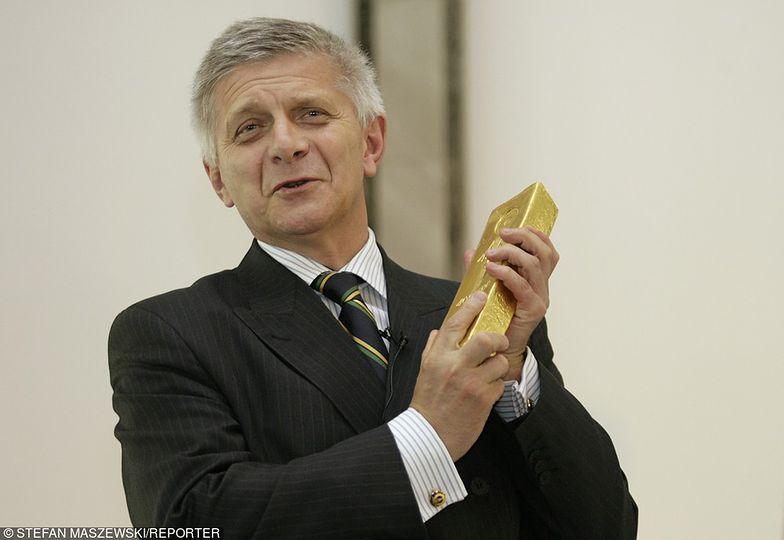 Marek Belka - prezes NBP w latach 2010-2016, trzymający jedną ze sztabek złota.