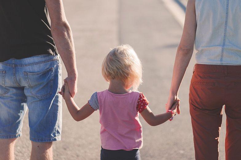 Tylko rodziny z niskim dochodem moga liczyć na wsparcie, jeśli wychowują jedno dziecko. Przy drugim i każdym kolejnym nie ma juz żadnych progów dochodowych