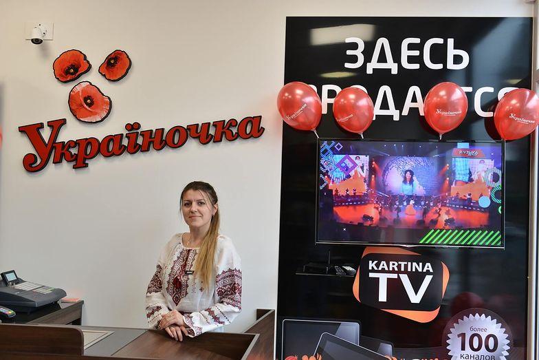 """Pracownica sklepu """"Ukrainoczka"""". Ukraińcy zakładają w Polsce biznesy. - To znacznie prostsze niż na Ukrainie -  mówią"""