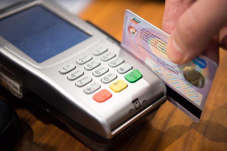 Tak naprawdę w momencie, kiedy płacimy kartą lub mamy dostać zwrot, stronami takiej transakcji jesteśmy my i sprzedawca. Ale w tę operację zaangażowane są jeszcze trzy inne podmioty.